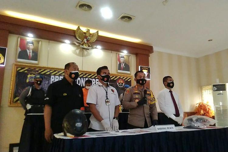 Kapolres Sleman AKBP Anton Firmanto saat jumpa pers terkait kasus penyemprotan lem kepada pesepeda perempuan. Turut dihadirkan dalam jumpa pers pelaku berinisial J (37) warga Temanggung, Jawa Tengah.