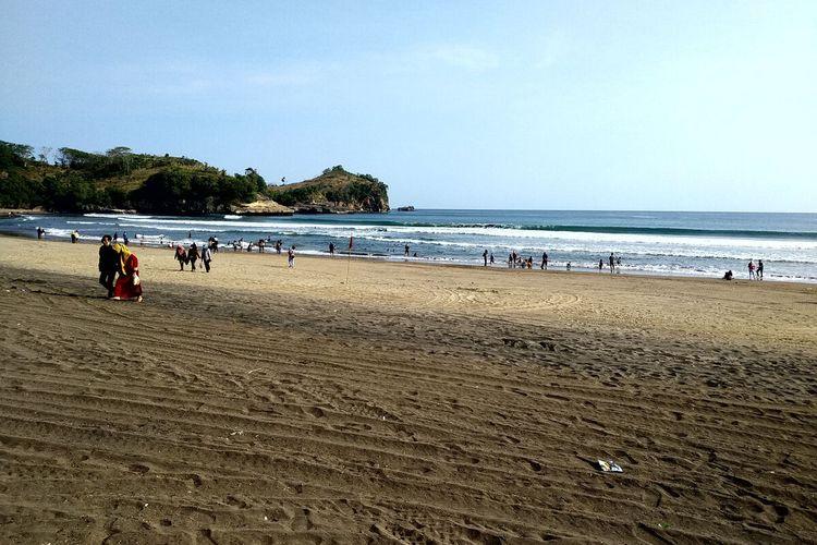 Kawasan wisata Pantai Serang di pesisir selatan Kabupaten Blitar menerima puncak kunjungan wisatawan pada hari terakhir libur lebaran, Minggu (23/5/2021)