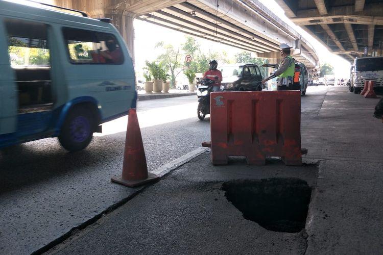 Jalan ambles di ruas Jalan RE Martadinata, Pademangan, Jakarta Utara, tepatnya di depan Pos Polisi Bintang Mas, Ancol berdiameter 70 cm dengan kedalaman 1 meter, Rabu (2/12/2020)