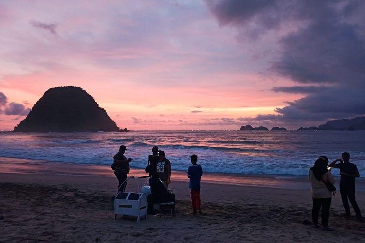 Wisatawan mulai berdatangan mendatangi wisata pantai pulau merah pasca ditutup karena Covid-19