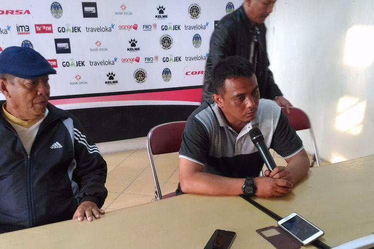 Pelatih PSIM Yogyakarta, Erwan Hendarwanto (kanan) memberikan keterangan usai melawan Madiun Putra di Stadion Sultan Agung, Rabu (9/8/2017)