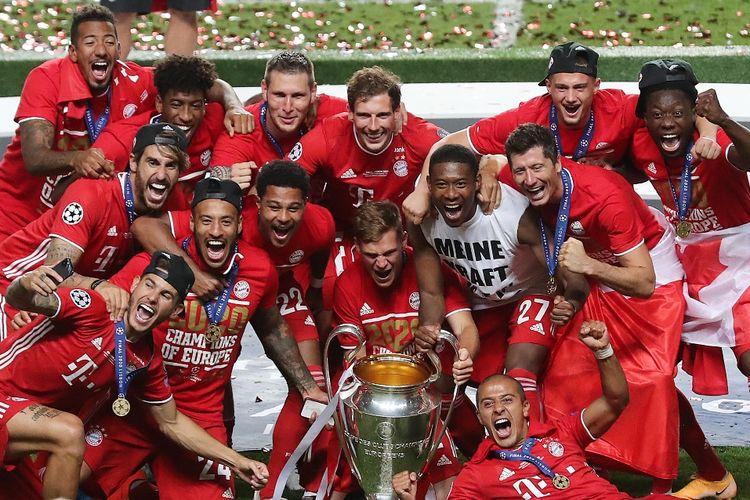Para pemain Bayern Muenchen mengangkat trofi Liga Champions 2019-2020.