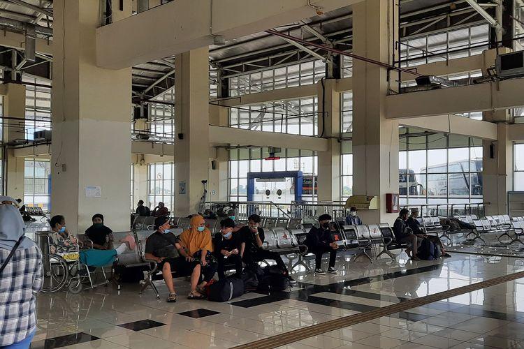 Ruang tunggu di Terminal Pulo Gebang, Jakarta Timur.