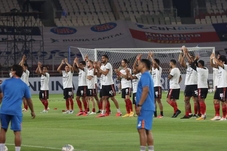 Para pemain Bali United memberikan tepuk tangan jelang bermulanya laga perdana Liga 1 2021-2022 di Stadion GBK, Jakarta, pada Jumat (27/8/2021).