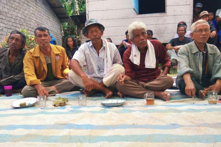 Masyarakat adat Sigapiton saat mengikuti dialog di Desa Sigapiton, Kecamatan Ajibata, Kabupaten Toba Samosir, Rabu (15/8/2018).