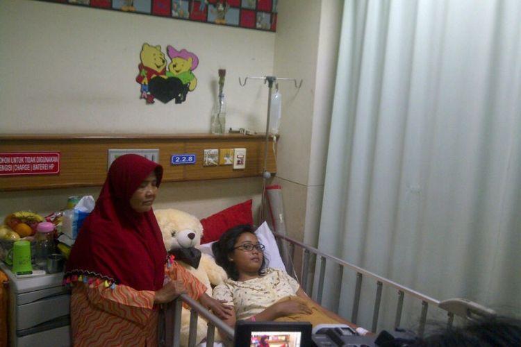 Anisa Salim (14) didampingi ibunya, Siti Jahroh saat terbaring di Ruang Kemuning RSHS Bandung, Selasa (3/11/2017)