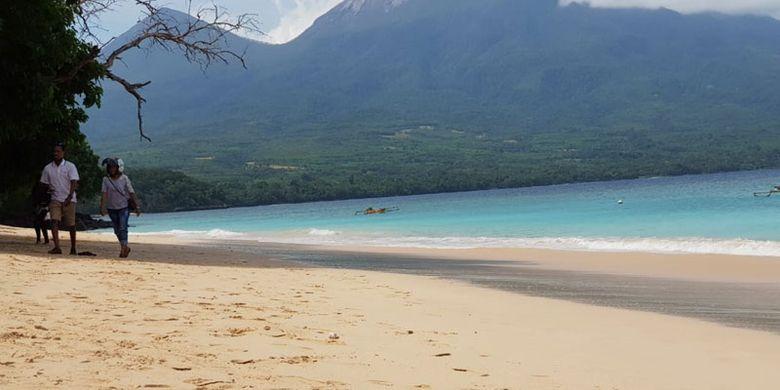 Hamparan pasir putih di Pantai Oa, Kecamatan Wulanggitang, Kabupaten Flores Timur, Nusa Tenggara Timur (NTT) yang memanjakan mata pengunjung. Dari kota Larantuka, jaraknya sekitar 50 kilometer.