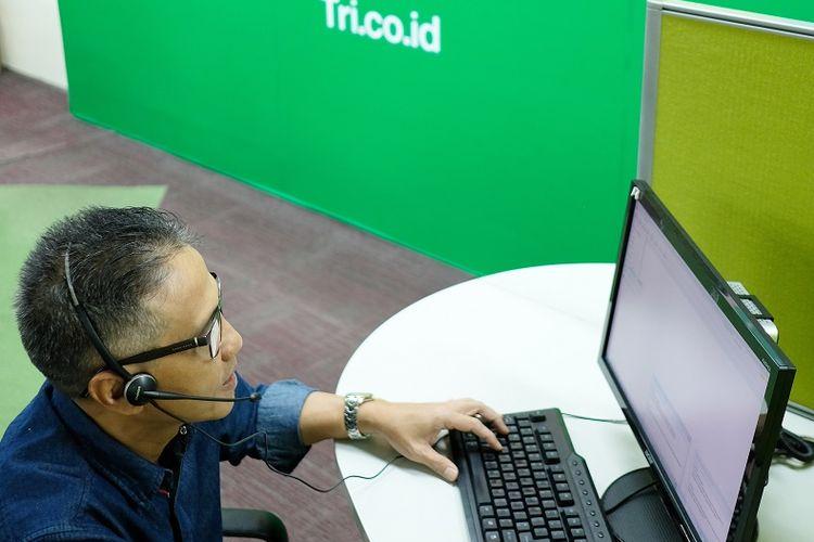 Director of ICGR Tri Indonesia Chandra Hawan Aden berkesempatan melayani pelanggan melalui live chat dari aplikasi bima+. Aksi turun lapangan ini sebagai apresiasi bagi para pelanggan Tri dan mendengarkan langsung aspirasi pelanggan di Hari Pelanggan Nasional, Senin (4/9/2017).
