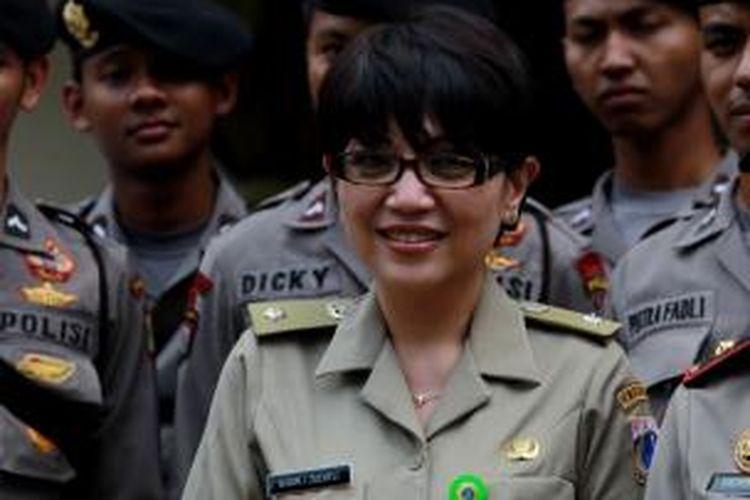 Lurah Lenteng Agung Susan Jasmine Zulkifli menemui anggota polisi yang berjaga seusai unjuk rasa warga di Kantor Kelurahan Lenteng Agung, Rabu (28/8/2013).
