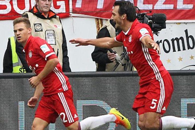 Mats Hummels berlari mengejar Joshua Kimmich yang sempat membawa Bayern Muenchen unggul terlebih dahulu atas Eintrach Frankfurt pada pertandingan Bundesliga, Sabtu (15/10/2016).