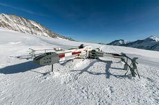 Replika Lego Pesawat X-Wing Star Wars Mendarat di Pegunungan Swiss