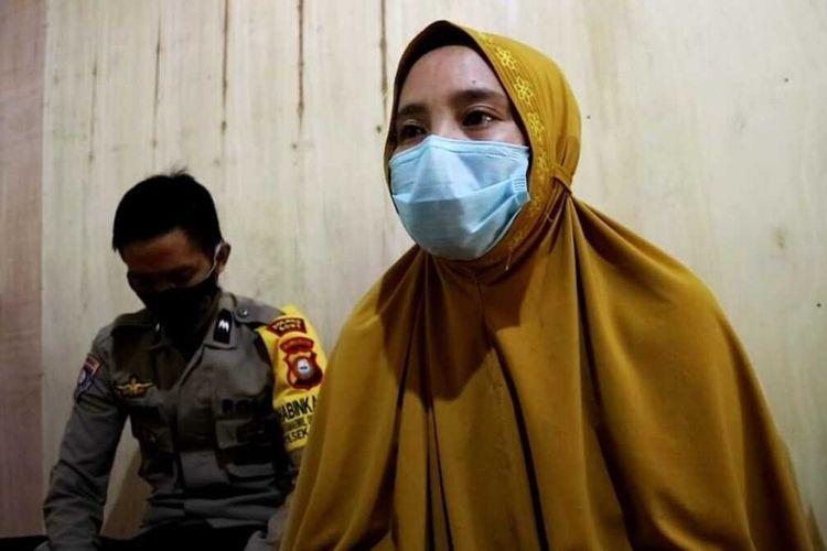 Hervina (34) tengah memberikan konfirmasi terkait pemecatan dirinya sebagai guru honorer di Kabupaten Bone, Sulawesi Selatan. Senin, (15/2/2021).