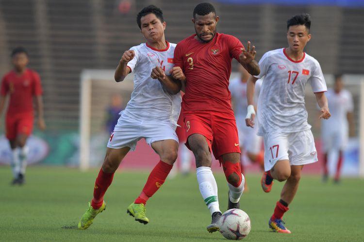 Pemain Timnas U-22 Indonesia Marinus Wanewar (tengah) dikawal dua pemain Vietnam Dung Quang Nho (kiri) dan Phan Thanh Hau (kanan) dalam pertandingan Semi Final Piala AFF U-22 di Stadion Nasional Olimpiade Phnom Penh, Kamboja, Minggu (24/2/2019). Timnas U-22 Indonesia berhasil memenangkan pertandingan dengan skor 1-0 sehingga melaju ke babak final. ANTARA FOTO/Nyoman Budhiana/aww.