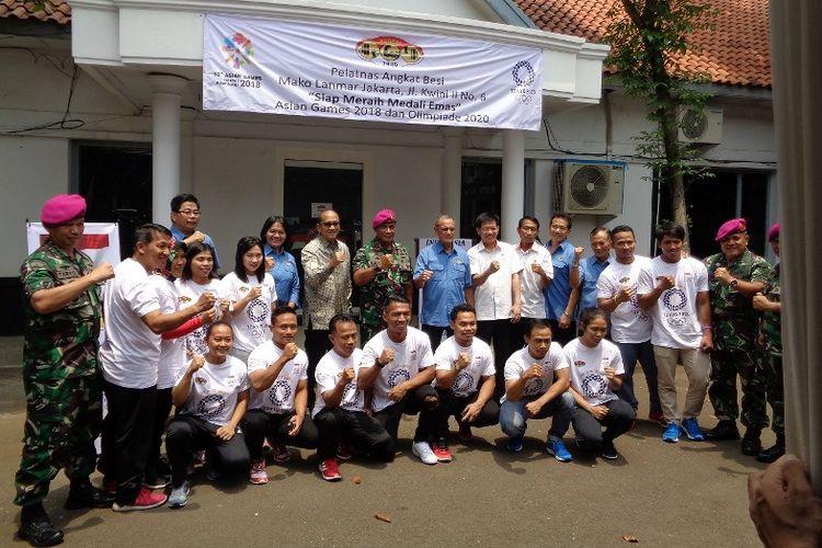 Para lifter dan pengurus PABBSI, serta Komandan Marinir berpose di depan gedung latihan baru tim angkat besi di Mako Pasmar 2, Jakarta Pusat.