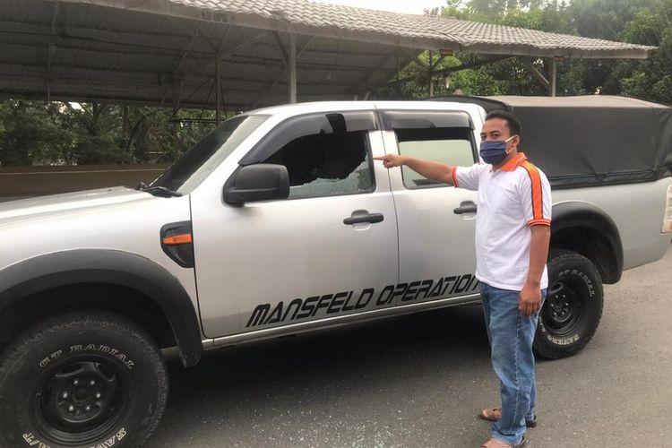 Seorang petugas menunjukkan salah satu kerusakan di mobil yang digunakan rombongan BBKSDA Sumut yang hendak mengevakuasi orangutan di Binjai. Upaya persuasif yang dilakukan gagal dan mendapat serangan dari orang tak dikenal setelah meninggalkan lokasi sekitar 500 meter hingga 1 km dari rumah pemelihara orangutan.