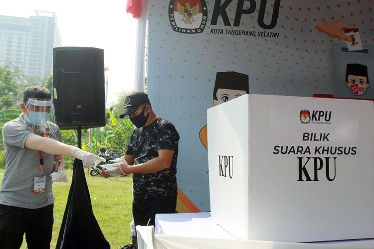 Petugas Kelompok Penyelenggara Pemungutan Suara (KPPS) dengan menggunakan alat pelindung diri (APD) menunjukkan bilik suara khusus saat simulasi pemungutan suara dengan protokol kesehatan pencegahan dan pengendalian COVID-19 di TPS 18 Cilenggang, Serpong, Tangerang Selatan, Banten, Sabtu (12/9/2020). KPU akan menyiapkan satu bilik suara khusus di setiap TPS yang diperuntukan bagi pemilih yang suhu tubuhnya diatas 37 derajat saat pemungutan suara Pilkada serentak 2020.