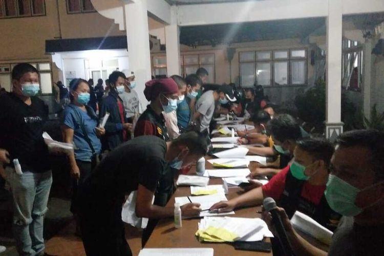Sebanyak 245 pekerja migran Indonesia (PMI) dideportasi Pemerintah Negara Malaysia melalui Pos Lintas Batas Negara (PLBN) Entikong, Kabupaten Sanggau, Kalimantan Barat (Kalbar), Sabtu (5/12/2020)