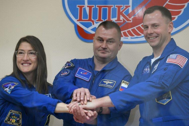 Dari kiri ke kanan: Astronot AS Christina Koch dan Nick Hague bersama kosmonot Rusia Alexey Ovchinin dijadwalkan meluncur ke ISS besok.