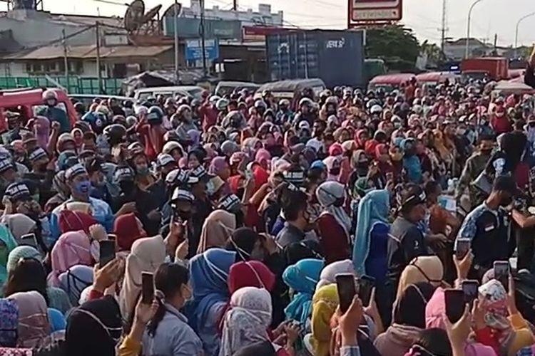 Aksi buruh di jalan Raya Serang Jakarta, Cikande, tepatny didepan PT PWI
