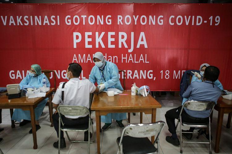 Petugas kesehatan melakukan skrining kesehatan sebelum penyuntikkan vaksin COVID-19 Sinopharm di PT Gajah Tunggal Tbk, Jatiuwung, Kota Tangerang, Banten, Senin (24/5/2021). Sebanyak 1.000 karyawan di perusahaan tersebut mengikuti vaksinasi dari total target  sebanyak 5.000 karyawan pada program Vaksinasi Gotong Royong guna mendukung program percepatan vaksinasi nasional. ANTARA FOTO/Fauzan/hp.