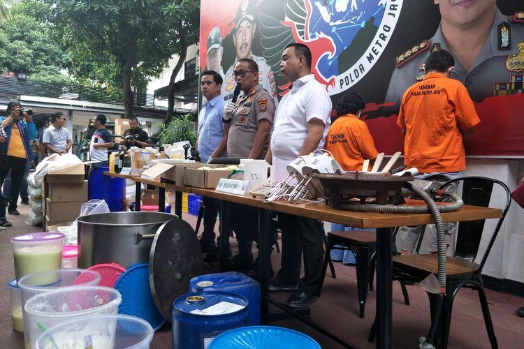 Polisi menggerebek praktik home industry (industri rumahan) kosmetik ilegal di kawasan Depok, Jawa Barat. Foto diambil saat konferensi pers di Polda Metro Jaya, Jakarta Selatan, Selasa (18/2/2020).
