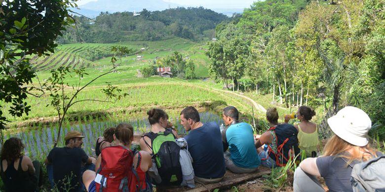 Turis Belgia menikmati pemandangan persawahan di Kawasan Mbeling, Kecamatan Borong, Manggarai Timur, Flores, NTT, Senin (14/8/2017). Agen travel di Manggarai Raya menawarkan wisata ekologi Mbeling kepada turis mancanegara.