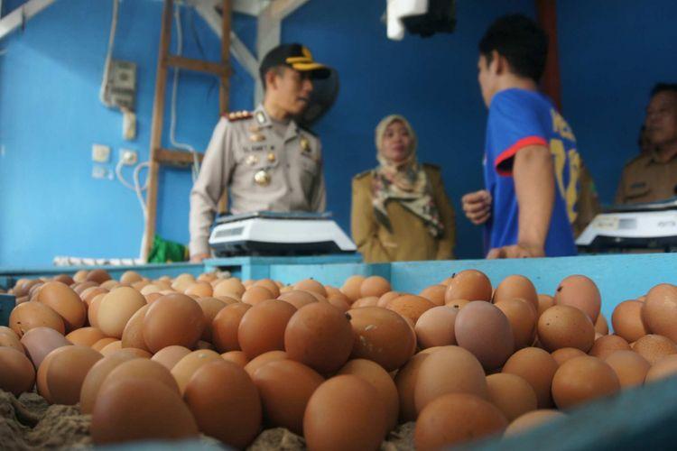 Satgas Pangan Kabupaten Karawang melakukan sidak harga telur dan daging ayam di Pasar Johar Karawang, Senin (23/7/2018).