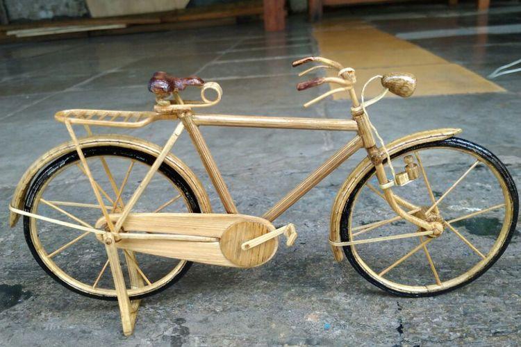 Miniatur sepeda ontel merupakan salah satu karya Singgih dengan menggunakan bahan stik bambu.