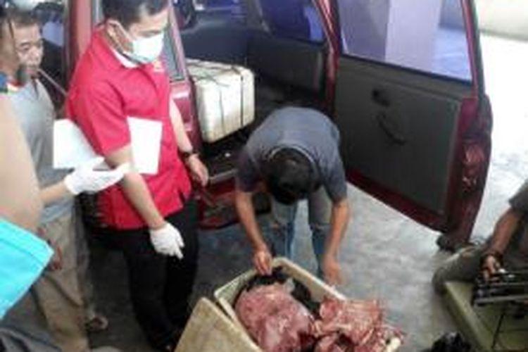 Ilustrasi: Ada saja kecurangan yang dilakukan para penjual daging  untuk menipu para konsumen dengan menjual daging celeng (babi hutan). Seperti yang dilakukan KTJ alias S (57) warga Kapuk Muara, Penjaringan, Jakarta Utara yang telah sengaja melakukan usaha mengedarkan dan menjual daging celeng atau babi hutan tanpa ijin.