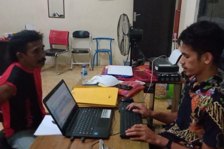 Penyidik Polres Pulau Ambon dan Pulau-Pulau Lease memeriksa RAL, tersangka yang mencabuli dua putri kandungnya sendiri, Kamis (22/8/2019) Foto: Humas Polres Pulau Ambon