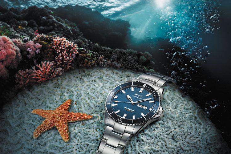 Jam Mido Ocean Star Captain Caliber 80 dibalut warna biru dengan sentuhan akhir satin yang merefleksikan laut dalam