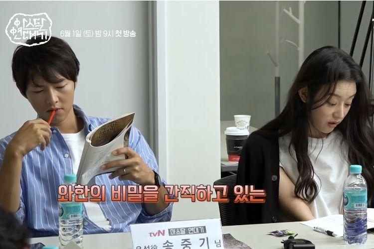 Aktor drama Korea Selatan Song Joong Ki (kiri) mengikuti proses pembacaan skenario untuk drama Arthdal Chronicle yang akan ditayangkan tvN. Cincin kawin menghias jari manis tangan kirinya.