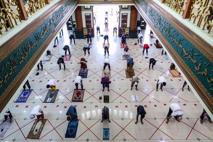 Umat Muslim menunaikan shalat Jumat di Masjid Agung Al-Barkah, Kota Bekasi, Jawa Barat, Jumat, (29/5/2020). Kota Bekasi menjajaki hidup normal baru atau new normal dengan mengizinkan warganya kembali menggelar shalat Jumat di masjid di 50 kelurahan zona hijau atau bebas Covid-19 pada Jumat (29/5/2020). Shalat Jumat digelar dengan protokol ketat pencegahan Covid-19 dan hanya diikuti terbatas oleh warga yang bermukim di sekitar masjid.