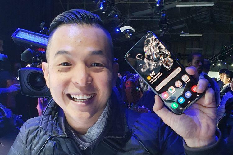 Ernest Prakasa dengan smartphone Samsung Galaxy S20 di acara peluncuran di San Francisco, AS, Selasa (11/2/2020).