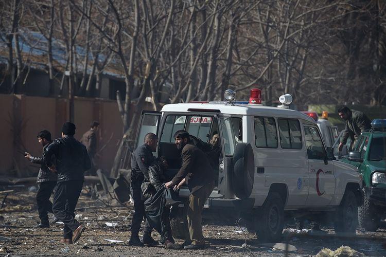 Warga beserta polisi menaikkan korban ledakan bom bunuh diri di Kabul, Afghanistan, ke ambulans Sabtu (27/1/2018). Serangan bom bunuh diri menggunakan ambulans yang dilakukan Taliban menewaskan 40 orang, dan melukai 140 orang.