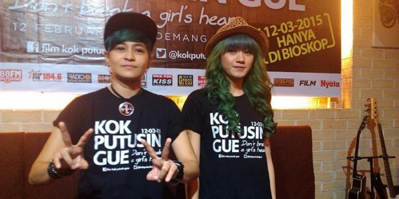 The Virgin yang terdiri dari Mita (kiri) dan Dara (kanan), hadir dalam jumpa pers peluncuran trailer film Kok Putusuin Gue yang mereka bintangi, di Demang Cafe, Sarinah, Jakarta Pusat, Kamis (12/2/2015).