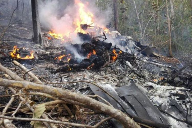 Puing-puing pesawat Cessna 208 Caravan yang jatuh di barat laut Kosta Rika Minggu (31/12/2017). Akibat insiden itu, seluruh penumpang yang merupakan turis asa AS, dan dua pilot Kosta Rika tewas.