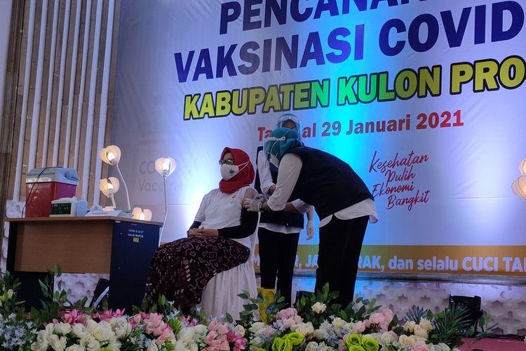 Ketua DPRD Kulon Progo, Akhid Nuryati menjadi penerima vaksin Covid-19 pertama di Kabupaten Kulon Progo, Daerah Istimewa Yogyakarta. Selain Akhid, turut menerima vaksin sejumlah pejabat tingkat Forkompimda dan tokoh dari perwakilan agama. Delapan tenaga kesehatan juga ikut serta.
