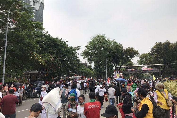 Massa demonstran  dari Persaudaraan Alumni 212 dan sejumlah kelompok organisasi masyarakat (ormas) mulai memadati Jalan Merdeka Selatan, Gambir, Jakarta pada Selasa (13/10/2020) pukul 12.30 WIB.