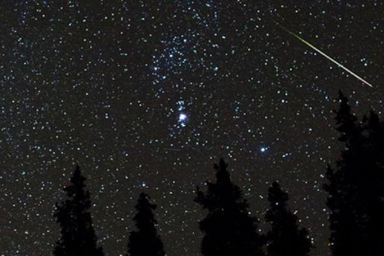 Hujan meteor Orionid pada 21 Oktober 2012 seperti diabadikan astrofotografer Daniel McVey.