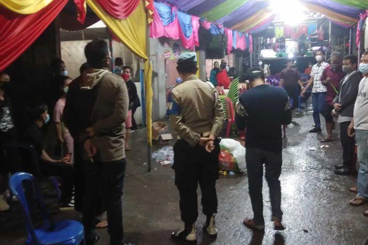 Aparat kepolisian saat mengimbau warga untuk membubarkan acara pernikahan di Kecamatan Panakkukang, Makassar, Rabu (23/12/2020).