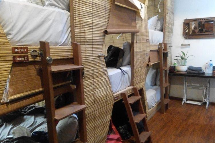 Ruangan kamar kapsul bernuansa bambu di Bali Bee House, Kerobokan, Bali.