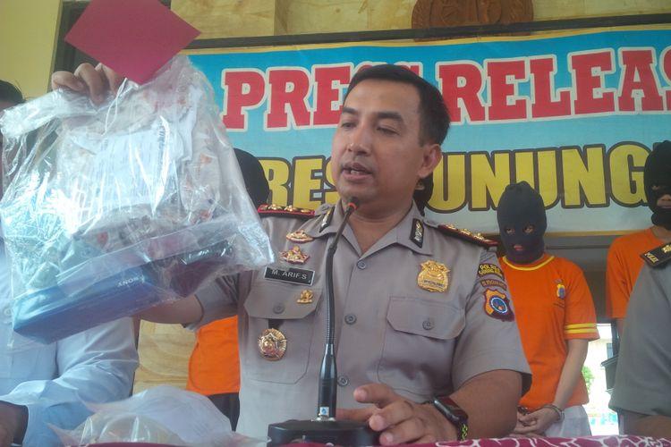 Kapolres Gunungkidul AKBP Muhammad Arif Sugiyarto menunjukkan barang bukti.