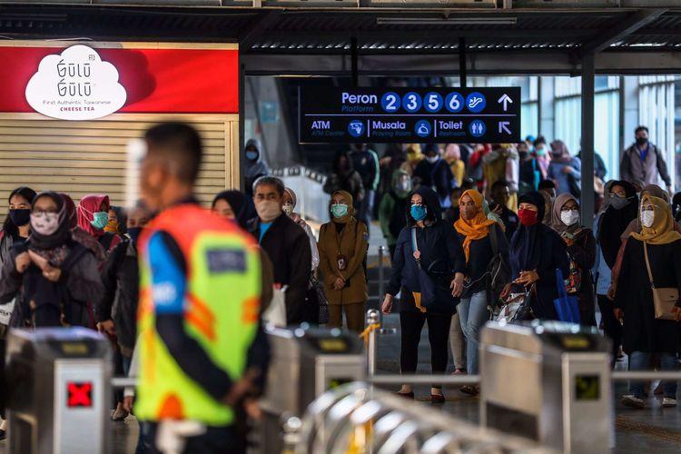 Penumpang kereta yang menggunakan masker saat keluar dari Stasiun Tanah Abang di Jakarta Pusat, Senin (14/9/2020). PSBB kembali diterapkan tanggal 14 September 2020, berbagai aktivitas kembali dibatasi yakni aktivitas perkantoran, usaha, transportasi, hingga fasilitas umum.