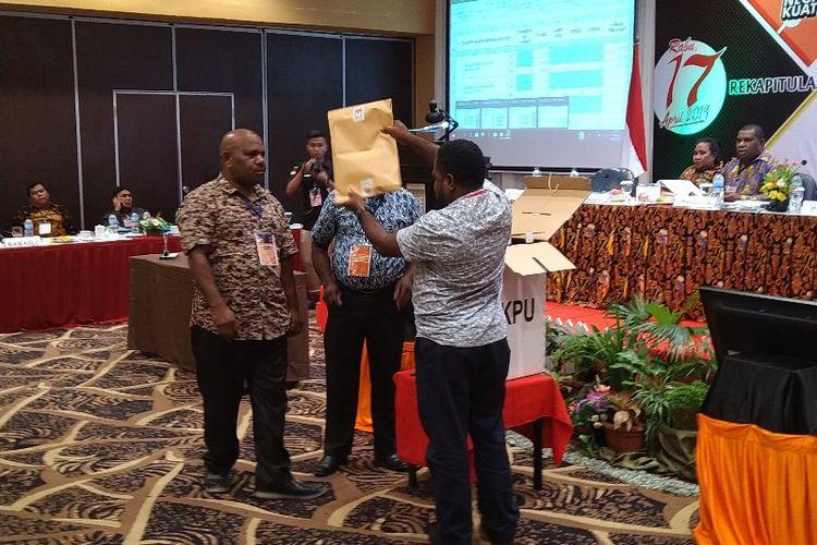 Pembukaan hasil rekapitulasi suara Pemilu 2019 di Kabupaten Mamberamo Tengah pada Rapat Pleno tingkat Provinsi Papua, di Kota Jayapura, Kamis (9/05/2019)