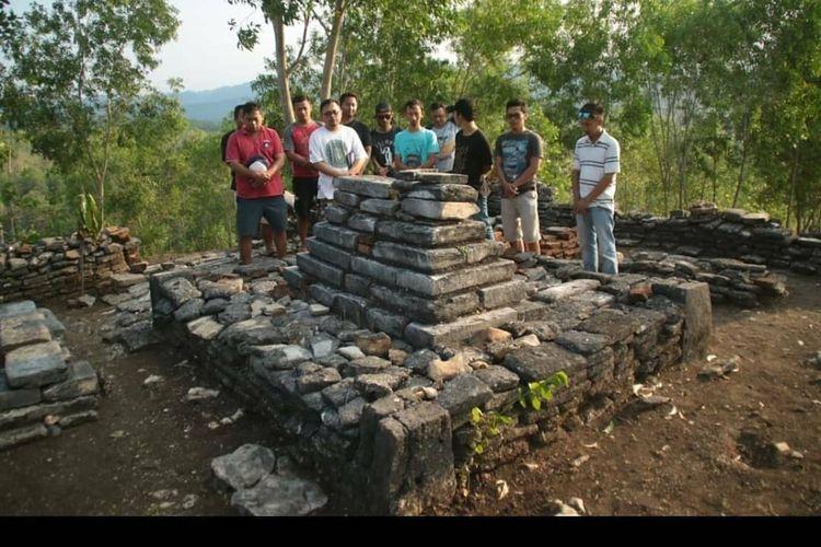 SEBELUM RENOVASI---Inilah kondisi makam Mbah Jonambang yang konon disebut sebagai anggota pasukan khusus Pangeran Samber Nyawa sebelum direnovasi di bukit Jonambang, Desa Watuagung, Kecamatan Baturetno, Kabupaten Wonogiri.