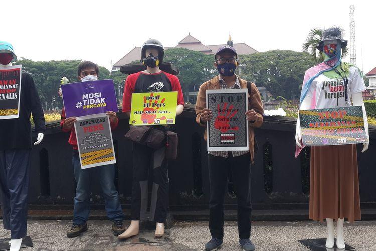 Sejumlah jurnalis di Malang aksi diam di antara manekin memprotes kekerasan oleh polisi yang dialaminya saat meliput aksi massa tolak UU Omnibus Law Cipta Kerja yang berujung ricuh di Bundaran Tugu, Kota Malang, Senin (19/10/2020).