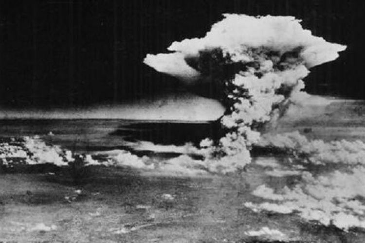 Pada 6 Agustus 1945 jam 08.16 waktu Jepang, sebuah bom atom meledak pada titik 580 meter di atas pusat kota Hiroshima. Sekitar 80 persen wilayah kota hancur. Ledakan membentuk cendawan bom atom.