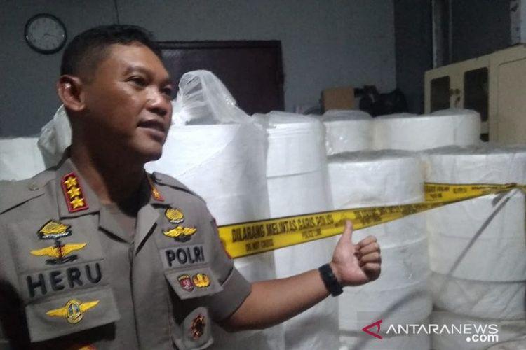 Kapolres Metro Jakarta Pusat Kombes Pol Heru Novianto menunjukan barang bukti di pabrik masker ilegal di Jalan Kalibaru, Jakarta Pusat, Kamis (5/3/2020).