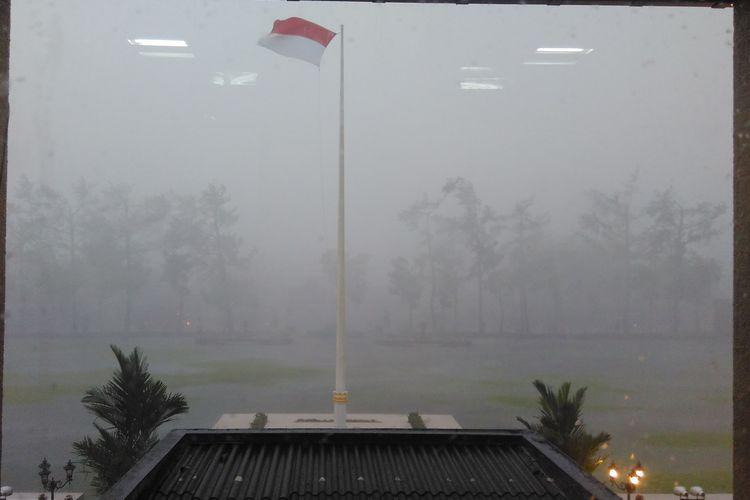 Hujan deras disertai angin kecang terpantau di depan Kantor Pemkot Magelang, Jalan Sarwo Edhie Wibowo, Rabu (1/3/2017) petang.